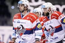 Zklamaní hokejisté Pardubic po porážce s Vítkovicemi.