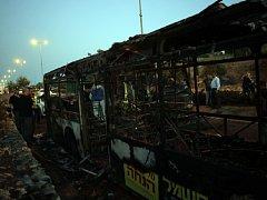 """Radikální hnutí Hamas ocenilo jako """"mučedníka"""" palestinského útočníka, který tento týden zaútočil na autobus v Jeruzalémě a zranil na 20 lidí."""