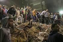 Přinejmenším deset lidí zahynulo pod troskami osmipatrové budovy, která se zřítila dnes nad ránem v Mataríji, severovýchodním předměstí metropole Káhiry.