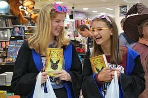 Na půlnoční prodej osmého dílu ságy britské spisovatelky Joanne Kathleen Rowlingové Harry Potter a prokleté dítě přišly v Praze stovky lidí, někteří v kostýmech.    Londýn - Fanoušci Harryho