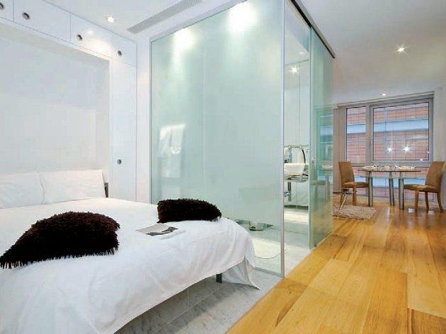 Netradiční umístění koupelny uprostřed pokoje díky sklu působí vzdušně, čistě a interiér nezatěžuje.