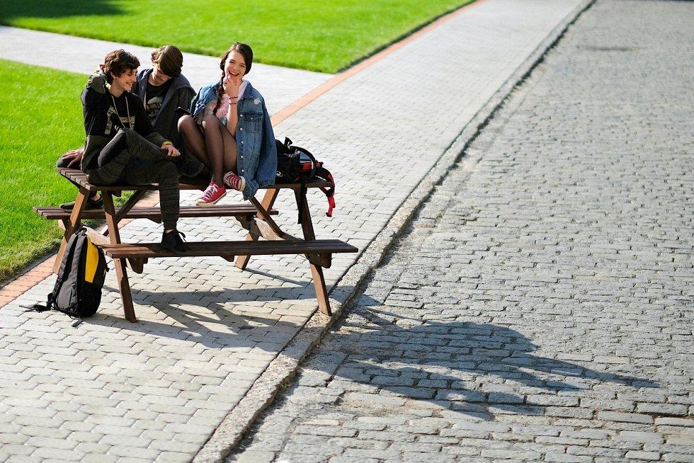 Marty se svými spolužáky Kristýnou (Sára Korbelová) a Kryštofem (Matěj Havelka)