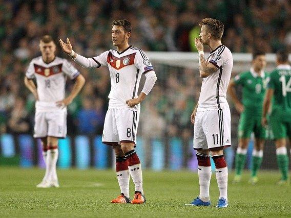 Mesut Özil a Marco Reus při zápase s Irskem (0:1)