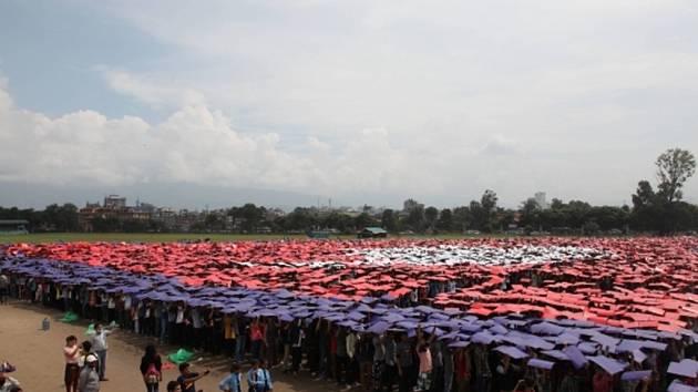 Desítky tisíc lidí se dnes v nepálské metropoli Káthmándú pokusily zlomit světový rekord ve vytvoření vlajky složené z vlastních těl.