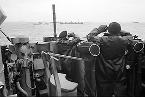 Důstojníci na můstku torpédoborce, doprovázejícího velký konvoj obchodních lodí