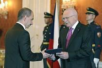 Prezident Václav Klaus jmenoval 16. listopadu v Praze na návrh předsedy vlády nového ministra průmyslu a obchodu Martina Kubu (vlevo).