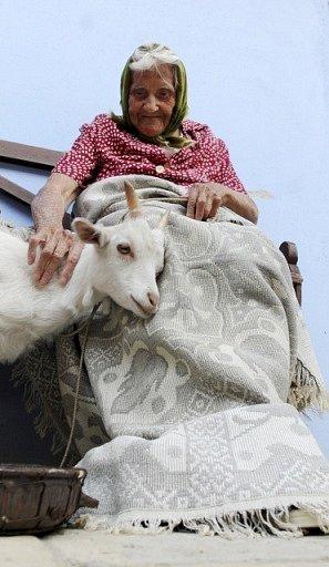 Senioři z Domova seniorů Drachtinka v Hlinsku pózovali 21. května pro charitativní kalendář v dobovém oblečení z 30. a 40. let minulého století ve skanzenu Veselý kopec