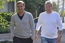 Trenér fotbalové reprezentace Josef Pešice (vpravo) a manažer Vladimír Šmicer se 16. října v Praze setkali s novináři po skončení kvalifikace o postup na mistrovství světa.