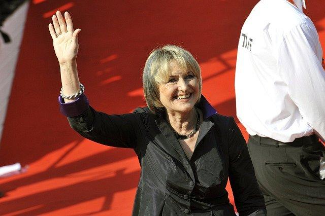 Herečka Eliška Balzerová přichází 3. července po červeném koberci do karlovarského hotelu Thermal, kde začal jubilejní 50. ročník mezinárodního filmového festivalu.