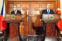 Ministr zahraničí ČR Lubomír Zaorálek (vlevo) vystoupil 13. prosince v Ankaře na tiskové konferenci s tureckým kolegou Mevlütem Çavusogluem.