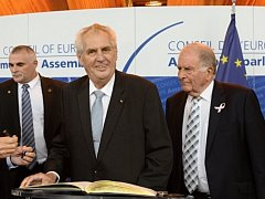 prezident Miloš Zeman se podepsal do pamětní knihy před svým vystoupením na Parlamentním shromáždění Rady Evropy. Vpravo je úřadující předseda Roger Gale.