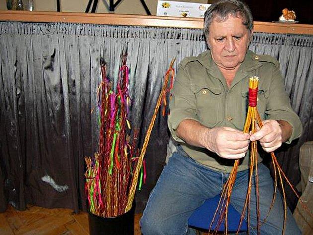 ALOIS KLEPÁČEK z Kraslic se zúčastníl o víkendu Jarní výstavy v Kraslicích, kde předváděl pletení pomlázek. Zabývá se tím už 40 let.