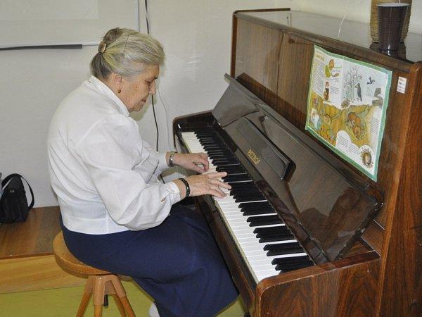 Vpřerovském okrsku vulici Za mlýnem hrála voličům na klavír čtyřiaosmdesátiletá Zdeňka Malindová. Tentokráte si pro ně připravila ioblíbenou píseň T. G. Masaryka Ach synku, synku.