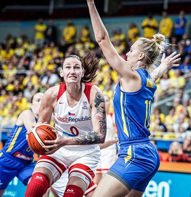 Česká basketbalistka Renáta Březinová (vlevo).