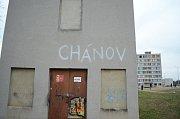 """Sídliště Chanov, kde žijí hlavně Romové, poskytlo kulisy pro scény, které diváci teprve uvidí. """"Démonizovaný Chanov není žádný slum, ve skutečnosti jde o pár dálnicí izolovaných paneláků. Chodil jsem tam na začátku úplně sám a nikdo mi do držky nedal,"""" sd"""