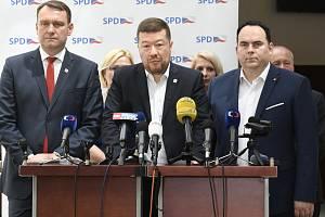 Zleva předseda poslaneckého klubu hnutí SPD Radim Fiala, předseda hnutí Tomio Okamura a poslanec Jan Hrnčíř