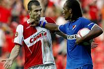 Slavia Praha - Baník Ostrava: slávista Benjamin Vomáčka  (v červenobílém) v konfliktu s hostujícím Fernando Nevesem.