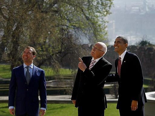 Prezident Václav Klaus (uprostřed) přivítal ruského prezidenta Dmitrije Medveděva a amerického prezidenta Baracka Obamu 8. dubna na Pražském hradě, kde se podepíše smlouva START mezi USA a Ruskem.