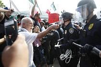 Předvolební vystoupení amerického miliardáře Donalda Trumpa provázely v pátek v kalifornském San Diegu násilnosti.