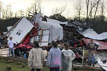 Bouře doprovázené silným větrem a přívalovými dešti zasáhly v pondělí jihovýchod Spojených států.