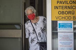 Žena s rouškou v liberecké nemocnici