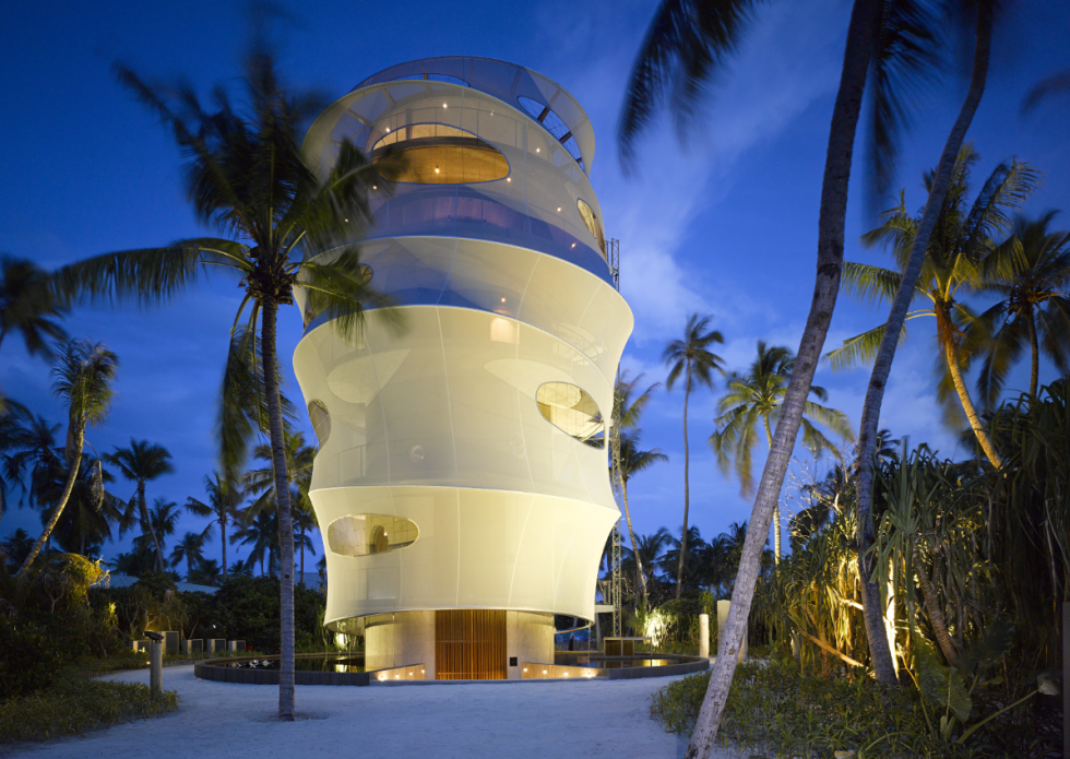 Největšího ohlasu se dočkal resort Velaa, který vznikl na Maledivách. Pobyt vtamním resortu si můžete rezervovat, třeba přes Booking.com.