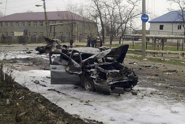 Sebevražední atentátníci zaútočili v severokavkazském Kizljaru. Dvě silné nálože usmrtily dvanáct osob, přes dvacet lidí - většinou policistů - bylo převezeno do nemocnice.