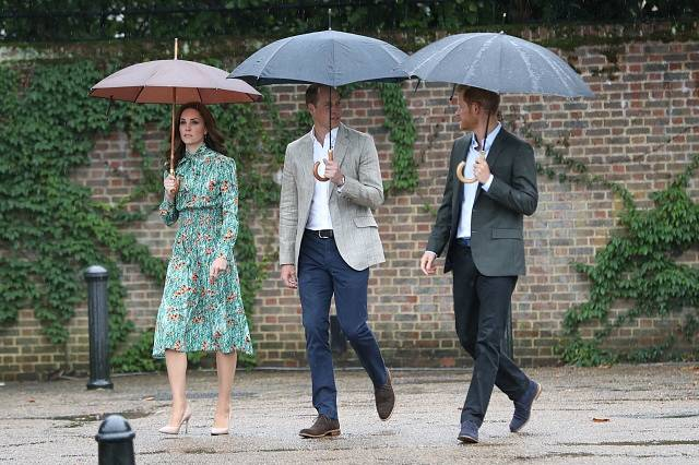 Princové William a Harry s Kate při návštěvě památníku princezny Diany