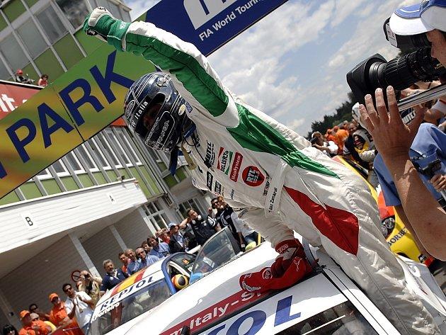 Alessandro Zanardi slaví vítězství v prvním závodě MS cestovních vozů v Brně.