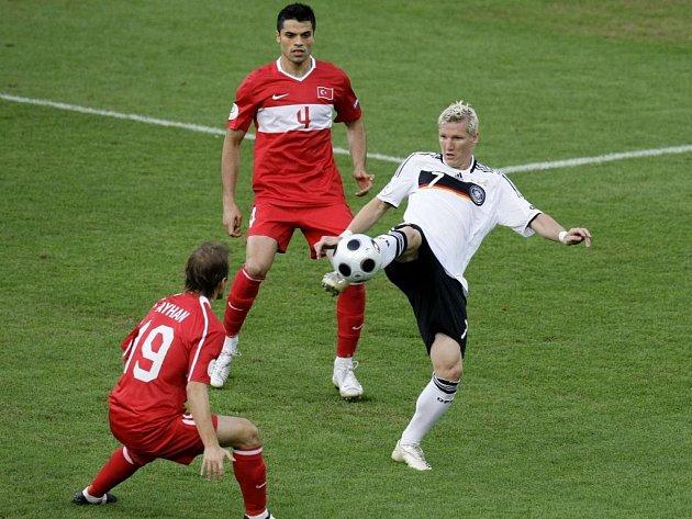 Němec Bastian Schweinsteiger (v bílém) se snaží zpracovat míč mezi dvojicí Turků Aythanem Akmanem a Gokhanem Zanem.