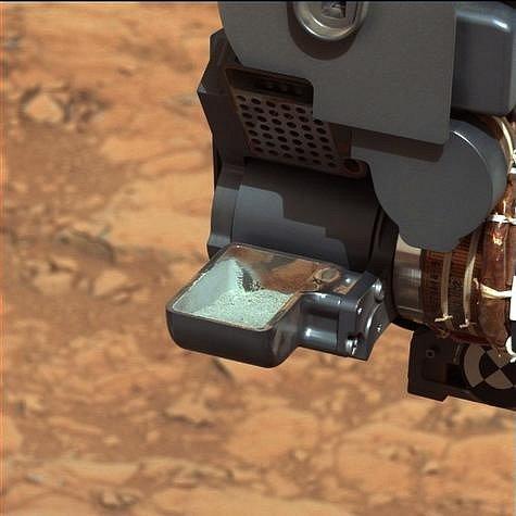 Sběr vzorků sondou Curiosity na Marsu.