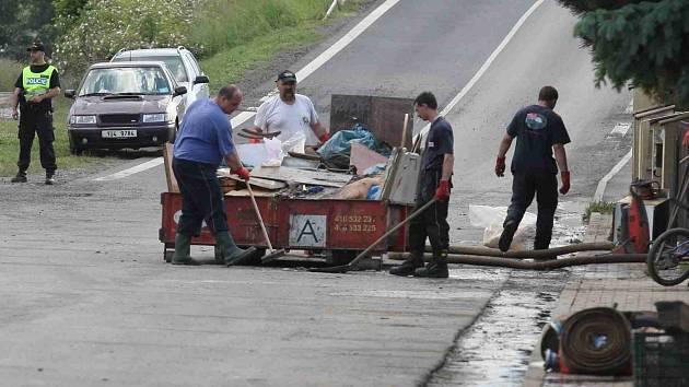 Úklid po povodních. Ilustrační foto