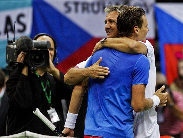 Nehrající kapitán Jaroslav Navrátil gratuluje k výhře Tomáši Berdychovi.