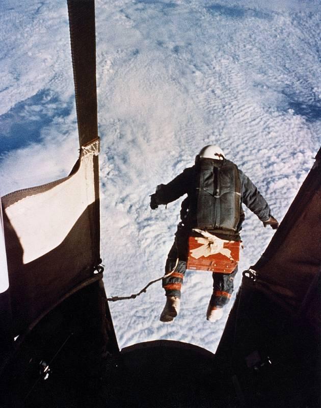 První skok do prostoru z hrany stratosféry. Kousek, který po Kittingerovi zopakoval až Felix Baumgartner v roce 2012