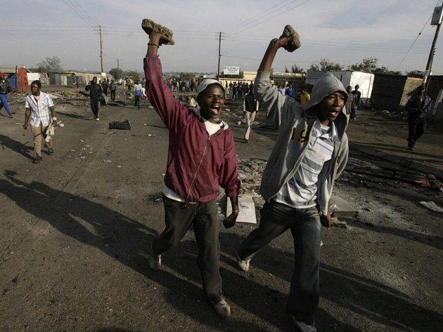 Ulice jihoafrického Johannesburgu zachvátilo násilí připomínající scény z dob apartheidu.