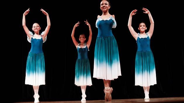Brazilka Vitória Bueno se narodila bez obou rukou, přesto se od dětství toužila stát baletkou. Dnes září na divadelních prknech při baletních představeních vedle svých kolegů, kteří hendikep nemají.