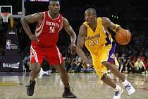 Kobe Bryant (vpravo) uniká houstonskému Ronu Artestovi.