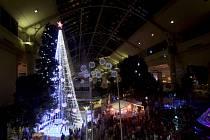 Australská metropole Canberra se může pochlubit světovým rekordem týkajícím se vánoční výzdoby. Letos ho vytvořil dvaadvacetimetrový umělý vánoční strom v centru města.