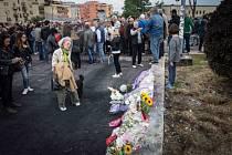 Lidé přinášejí květiny na místo, kde uhořely tři sestry ve věku 4, 8 a 20 roků.