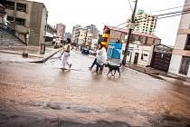 Nejméně dva lidé přišli o život a 24 dalších se pohřešuje v důsledku záplav, které postihly jeden z nejsušších regionů světa, poušť Atacama v Chile.