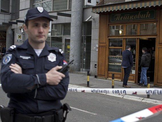 Policista před cukrárnou, ve které explodoval sebevrah.