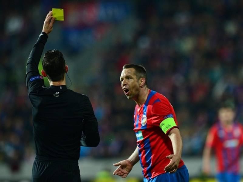 Pavel Horváth protestuje proti žluté kartě v duelu se Šachtarem.