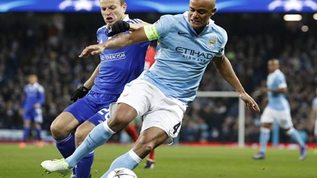 Vincent Kompany z Manchesteru City (vpravo) proti Dynamu Kyjev.