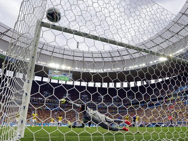 Brankář Brazílie Júlio César inkasuje gól od Nizozemska.