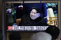 Lidé v jihokorejském Soulu sledují v televizi reportáž o testu nové taktické zbraně v KLDR