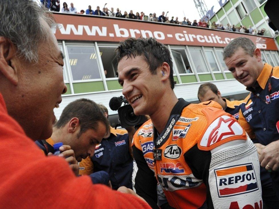 Dani Pedrosa se raduje z vítězství ve Velké ceně České republiky v MotoGP.