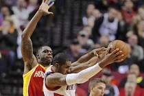 LaMarcus Aldridge z Portlandu (uprostřed) se snaží prosadit přes bránícího Terrence Jonese z Houstonu.