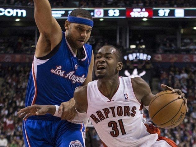 Terrence Ross z Toronta (vpravo) se snaží prosadit proti Jaredu Dudleymu z LA Clippers.
