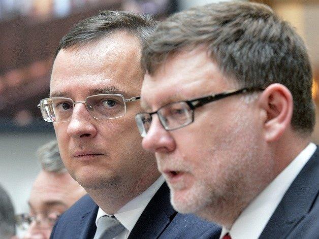 Premiér Petr Nečas (vlevo) a předseda poslaneckého klubu strany Zbyněk Stanjura