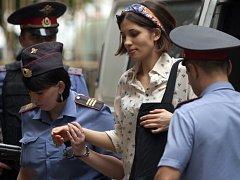 Naděžda Tolokonniková ze skupiny Pussy Riot je eskortována k soudu